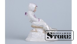 Фарфоровая статуэтка «С горки» мальчик в белом костюме