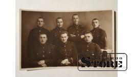 Солдаты довоенной латвийской армии с полковым знаком и снарядом