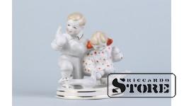 Cтатуэтка, Дети с голубями , фарфор, Рига, Рижская фарфоровая фабрика, автор модели - Болзан-Голембовская , 50-е годы , 12 см.