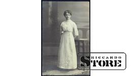 Старинная открытка времён Ульманиса. Женщина на террасе