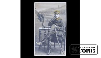 Открытка, Солдат за журнальным столиком