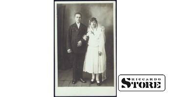 Старинная открытка времён Ульманиса. Новобрачные, фото на память