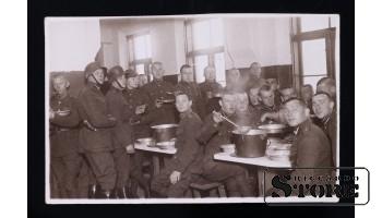 Открытка, Солдаты на обеде
