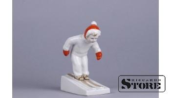 Figūriņa, Jauns slēpotājs, porcelāns, Rīga, Rīgas porcelāna fabrika, modeļa autors - Leja Novozhenets, 1950-tie gadi, 13 cm.