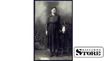 Старинная открытка времён Ульманиса. Статная женщина