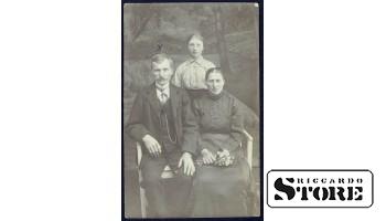 Старинная открытка времён Ульманиса. Зажиточная семья