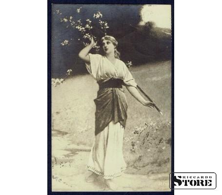 Коллекционная открытка Девушка у дерева