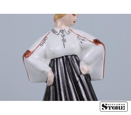 Фарфоровая статуэтка Девушка в национальном костюме вид 6
