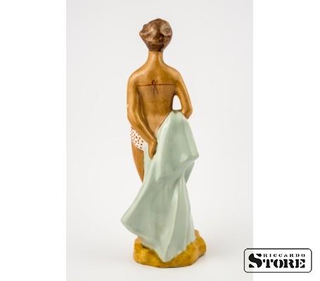 Фарфоровая статуэтка Пляжница в открытом купальнике вид 3