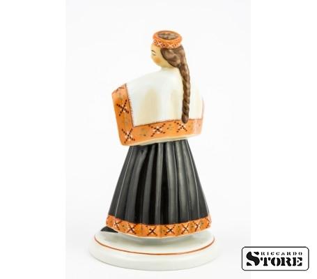 Девушка в национальном костюме вид 3