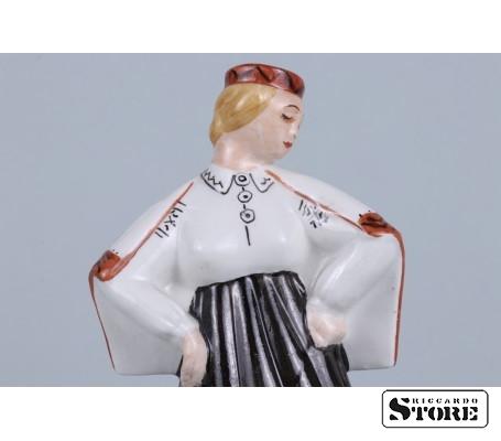 Фарфоровая статуэтка Девушка в национальном костюме вид 5