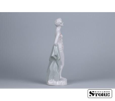 Фарфоровая статуэтка Пляжница рижской фарфоровой фабрики вид 2