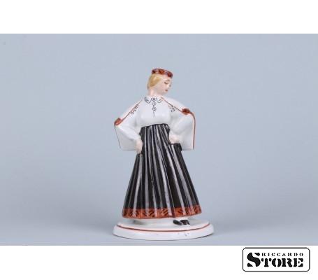 Фарфоровая статуэтка Девушка в национальном костюме вид 1